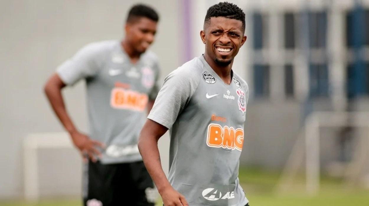 Cafú chega ao Corinthians e já vira aposta de Mancini